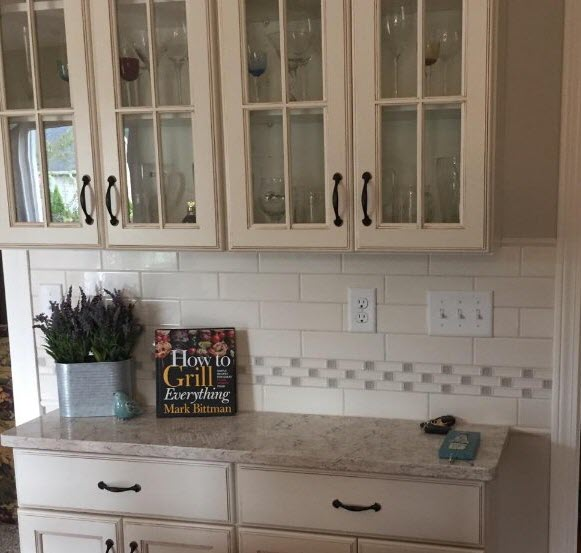 Notice how effectively that decorative border pulls in the colors from the countertop.